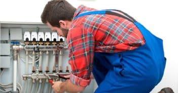 Comment s'assurer qu'un plombier est compétent