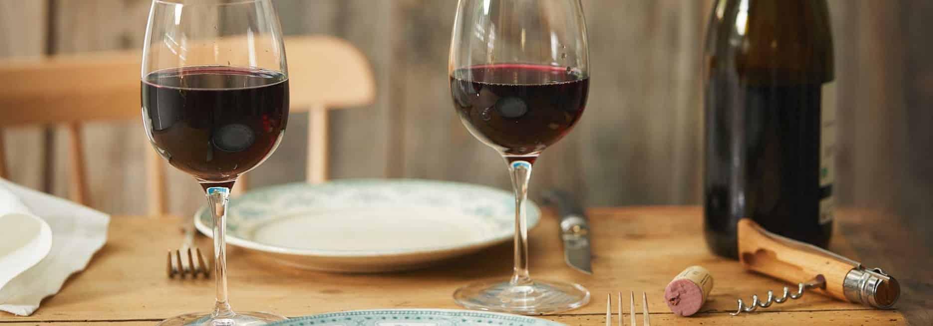 Verres de vin à table