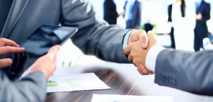 Deux hommes se serrent la main