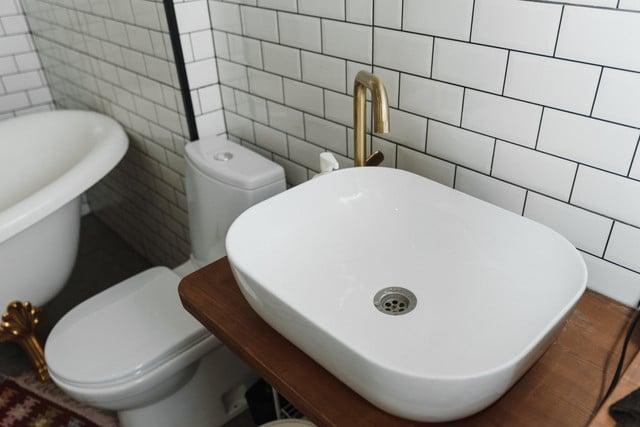 Une salle de bain avec des toilettes