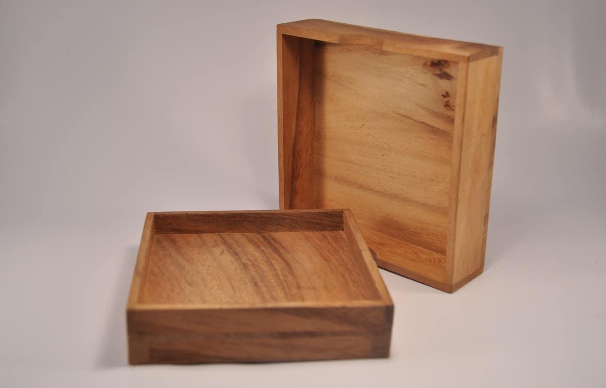 Une boite en bois ouverte
